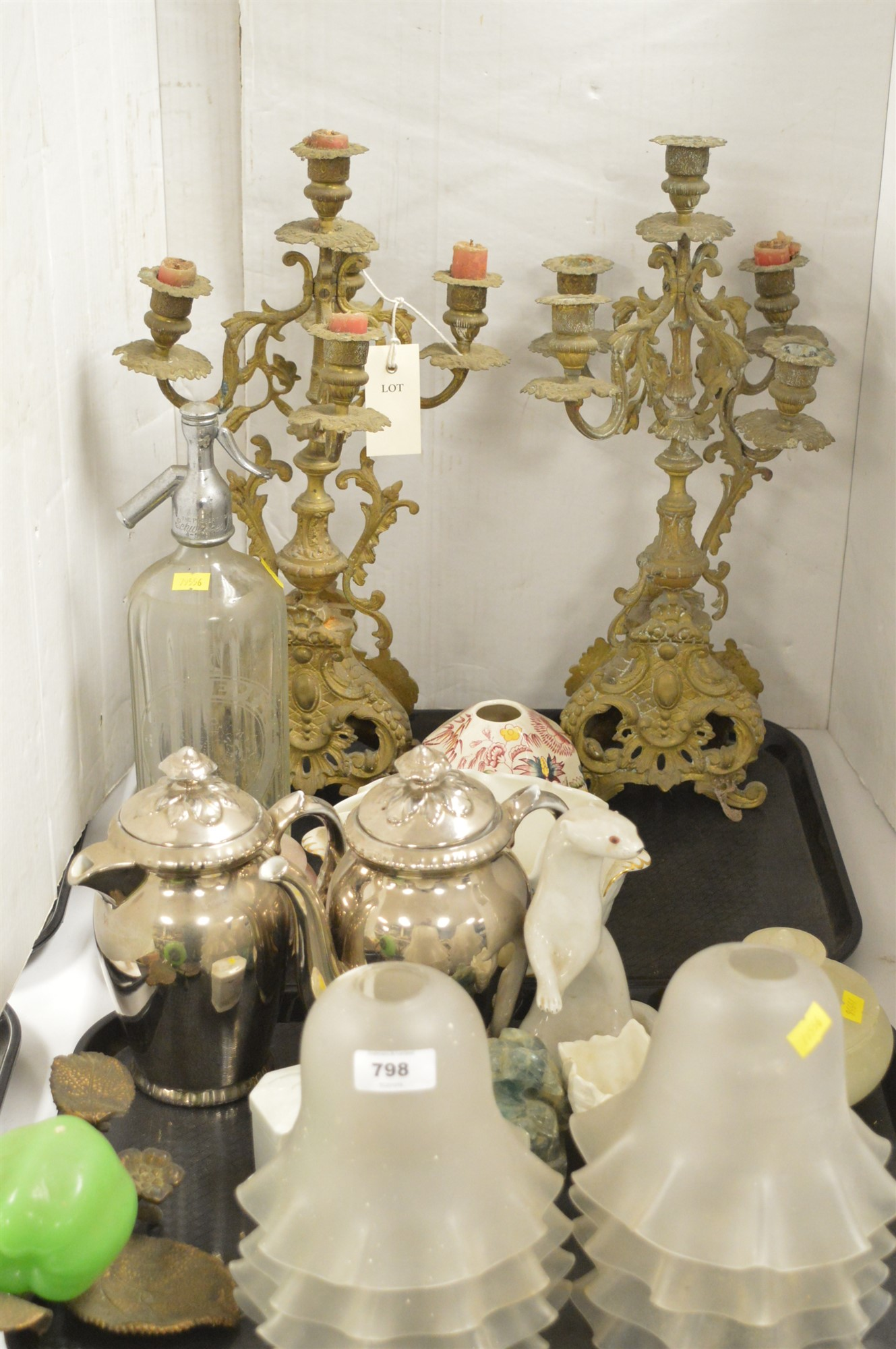 Lot 798 - Household items