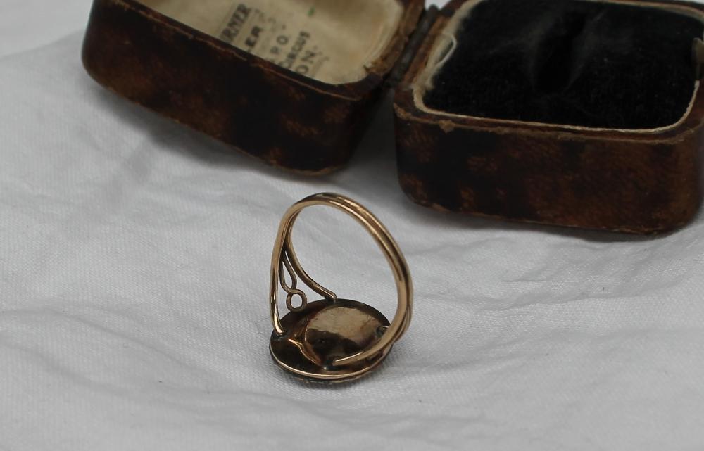 Lot 57 - A Micromosaic ring, depicting a bird,