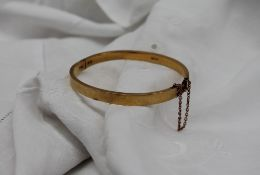 A late Victorian 15ct yellow gold hinged bangle, London, 1892, approximately 8.