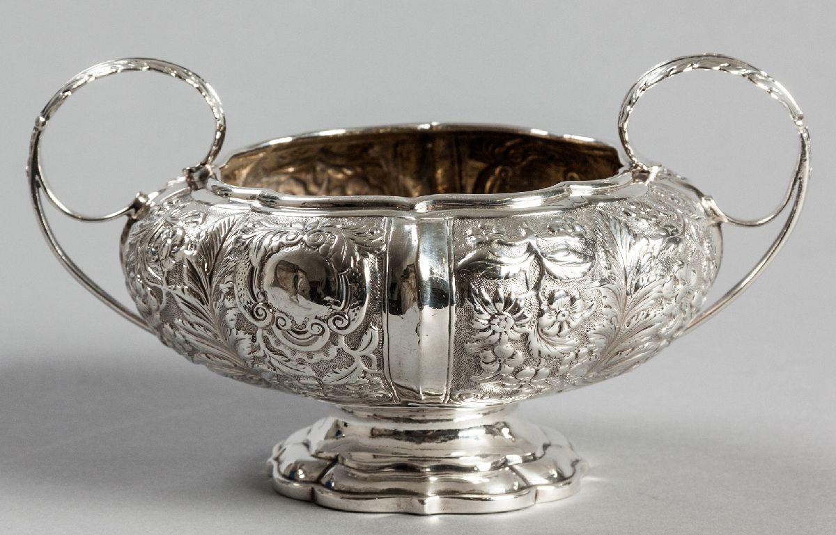 Lot 6 - A GEORGE IV SILVER SUGAR BASIN, DUBLIN 1824, S.B., with an applied wavy rim, the segmented body