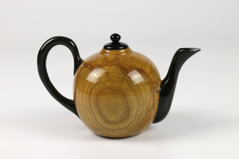 Lot 78 - Michael Gibson (USA) ash teapot 11x17cm. Signed
