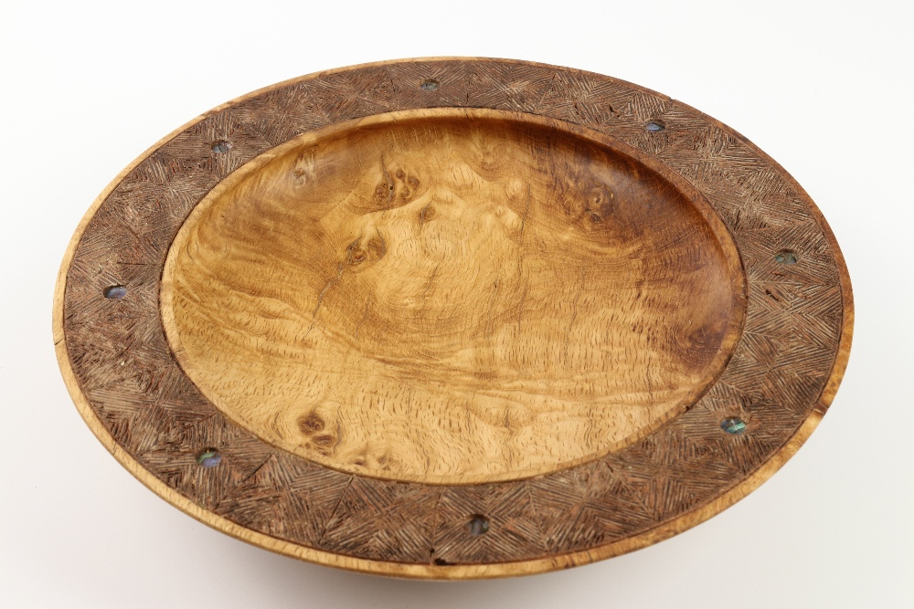 Lot 112 - Terry Scott (New Zealand) burr oak platter with carved/inlaid rim 26x6cm. Signed