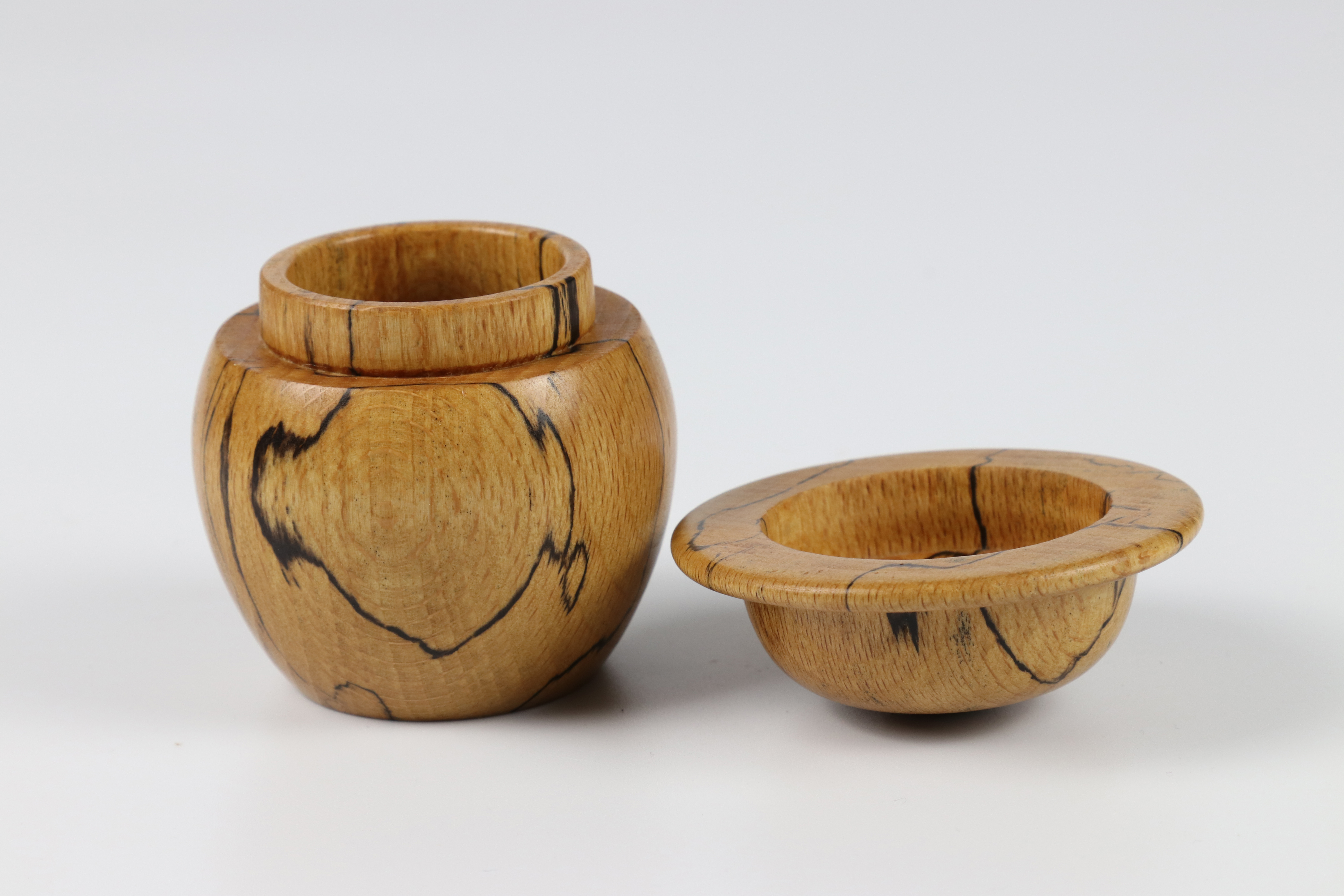 Lot 72 - Mary Lacer (USA) spalted beech box 7x6cm. Signed