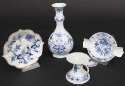 Vierteiliges Konvolut 'Zwiebelmuster' / A four-part set of onion pattern porcelain, Meissen, 19. /