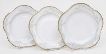3 Teller mit stilisiertem Floraldekor / 3 plates with stylised floral pattern, Meissen, 20. Jh.