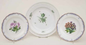 Konvolut 3 Teller mit Blumenmalerei / A set of 3 plates with flowers, KPM, Berlin, 1. Hälfte 20.