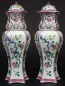 Deckelvasen-Paar / A pair of covered vases, Samson, Paris, um 1900Material: Porzellan, polychrom