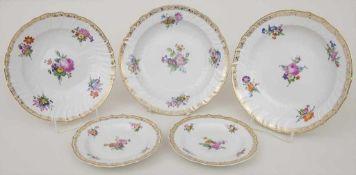5 Teller mit Blumen und Goldrankenbordüren / 5 plates with flowers and gold tendril borders, KPM,