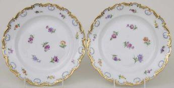 Paar Teller mit Streublumen und Goldranken / A pair of plates with scattered flowers and gold