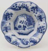 Fayence-Buckelschale mit Chinoiserien / A faience bowl with chinoiseries, wohl Hanau, 18. Jh.