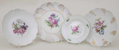Konvolut 4 Teller mit Blumenmalerei / A set of 4 plates with flowers, Meissen, 1860-1924Material: