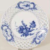 Korbrandteller 'Blaue Blume' / A basket rim plate 'blue flower', Royal Copenhagen, um
