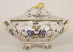Fayence-Deckelterinne / A faience covered tureen, 18./19. Jh.Material: Keramik, floral polychrom