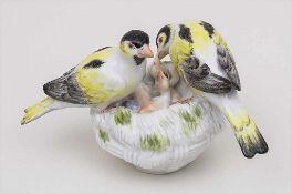 Nest mit Kanarienvögeln / Nest With Canary Birds, Meissen, Mitte 20. Jh.Material: Porzellan,