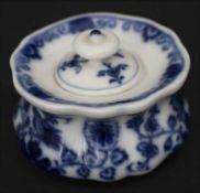 Tintenfass mit Blaumalerei / An inkwell painted in blue, Meissen, um 1860Material: Porzellan,