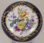 Bonbonnière mit Blumenbouquet / A bonbonniere with flowers, Meissen, um 1970Material: Porzellan,