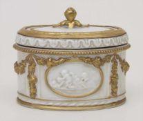 Deckeldose / A lidded box, Älteste Volkstedt, um 1900Material: Porzellan, goldstaffiert, glasiert,
