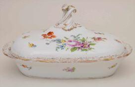 Deckelterrine mit Blumenbouquets / A tureen with flowers, Meissen, 1860-1924Material: Porzellan,