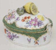 Terrine mit Zitronenknauf / A covered tureen with lemon-shaped handle, Nymphenburg, um 1900Material: