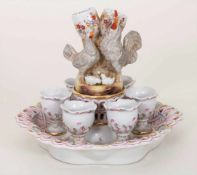 Porzellan-Tafelaufsatz mit 6 Eierbechern / A centrepiece with 6 eggcups, deutsch, um 1900Material: