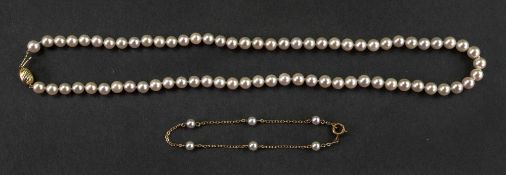 A single strand cultured pearl necklace of graduated design,