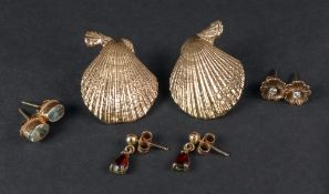 A collection of earrings, comprising: a pair of 9ct gold earstuds in the form of scallop shells, 9.
