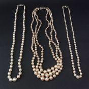 A single row necklace of graduated cultu