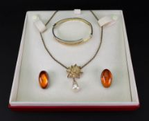 A small collection of jewellery comprisi