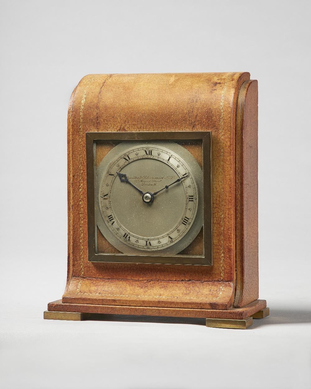 Lot 687 - An Edwardian leather desk timepiece Retailed by the Goldsmiths & Silversmiths, London,
