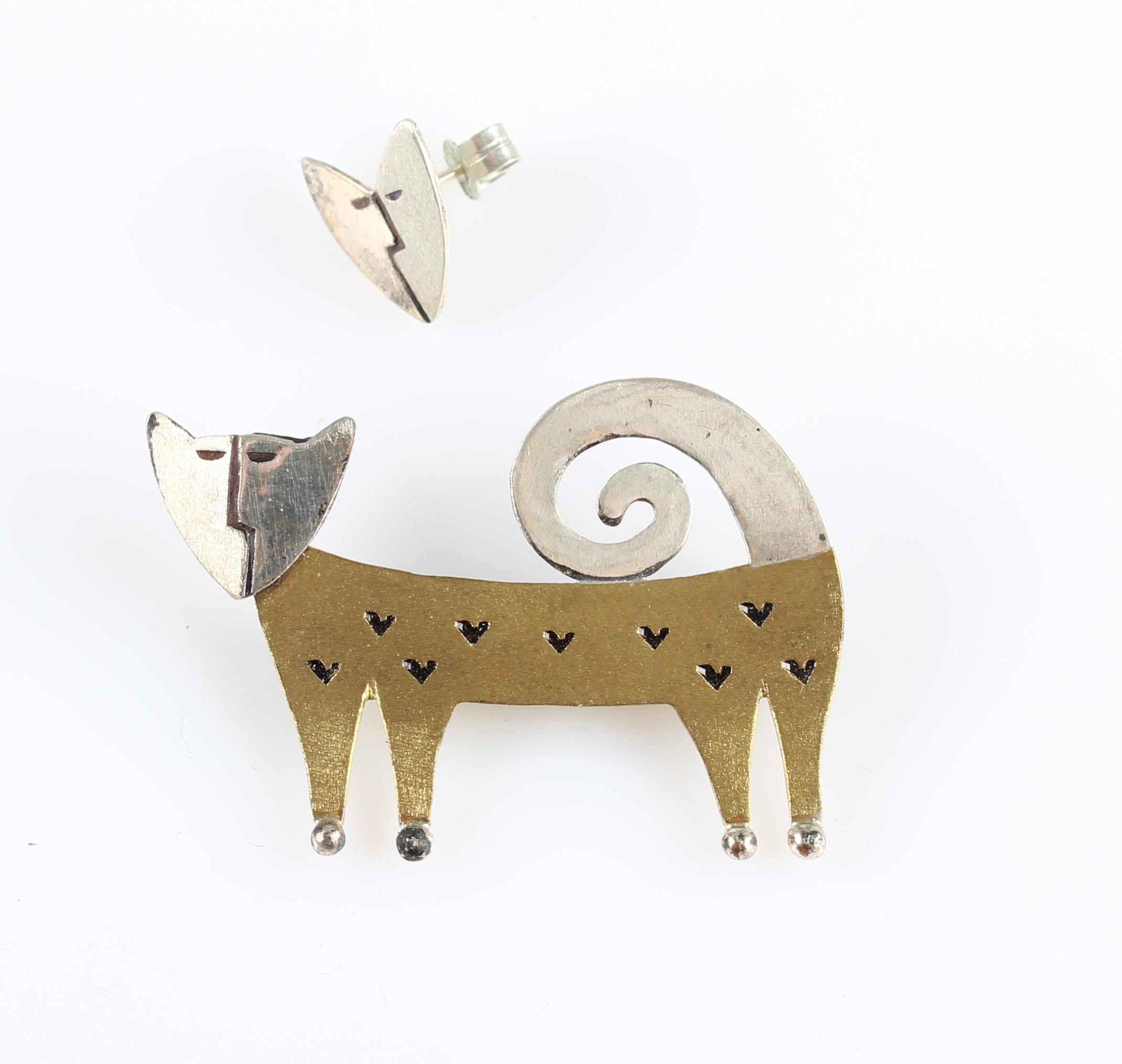 Lot 11 - A novelty cat brooch, unmarked metal, together with a matching design single earring, stamped