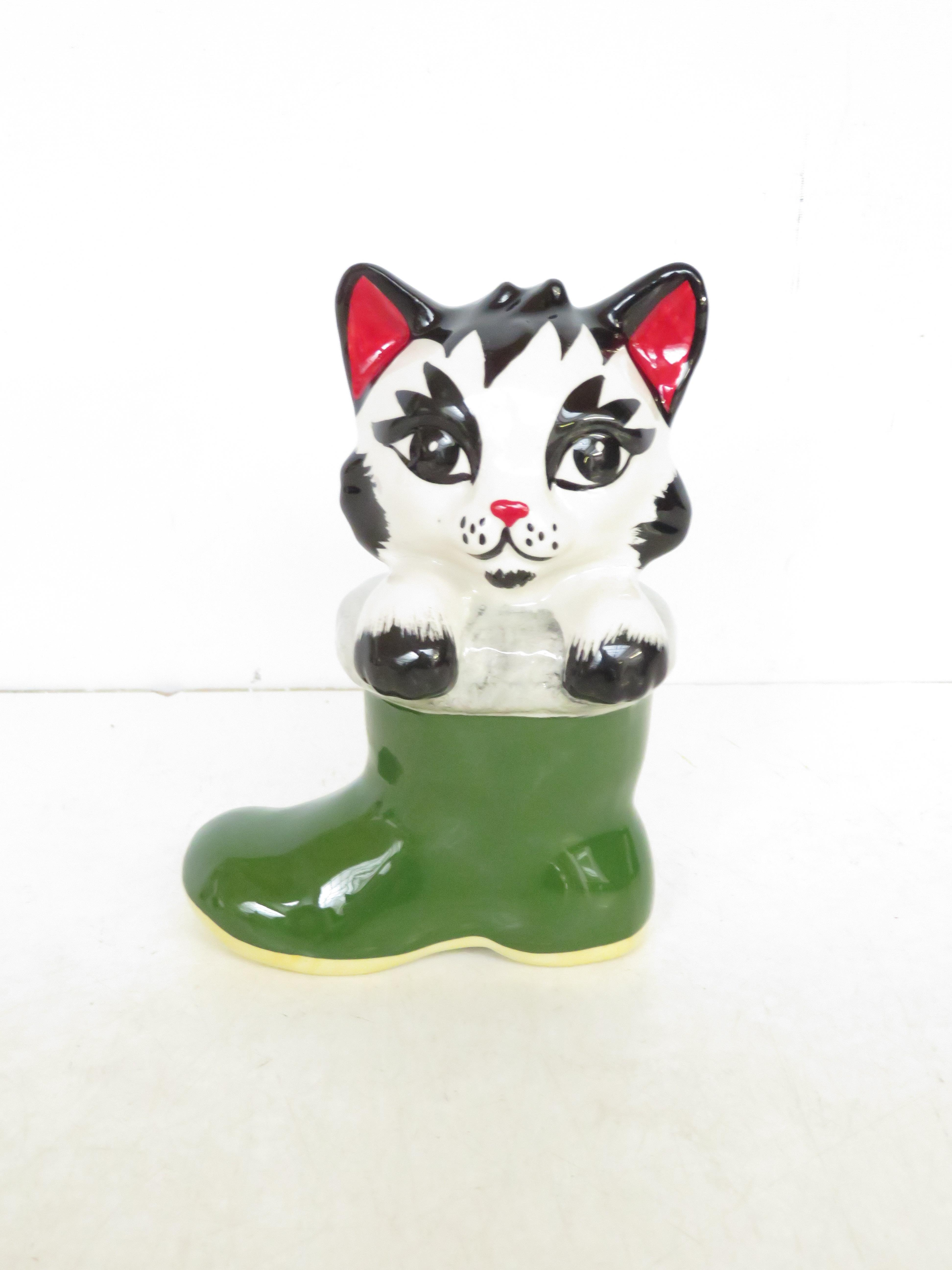 Lot 128 - Lorna Bailey cat in boot Height 14 cm