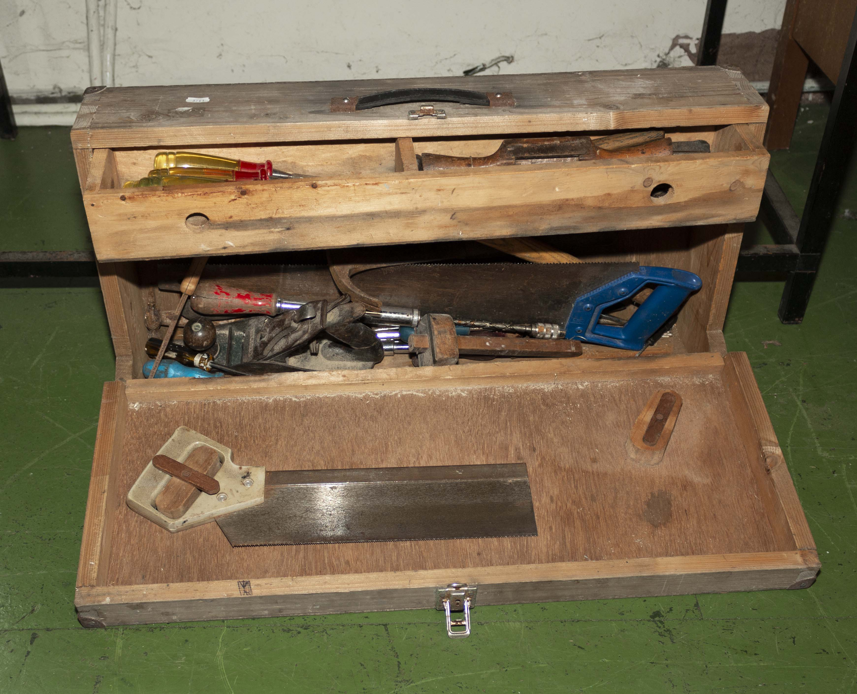 Lot 16 - Vintage tool box and contents