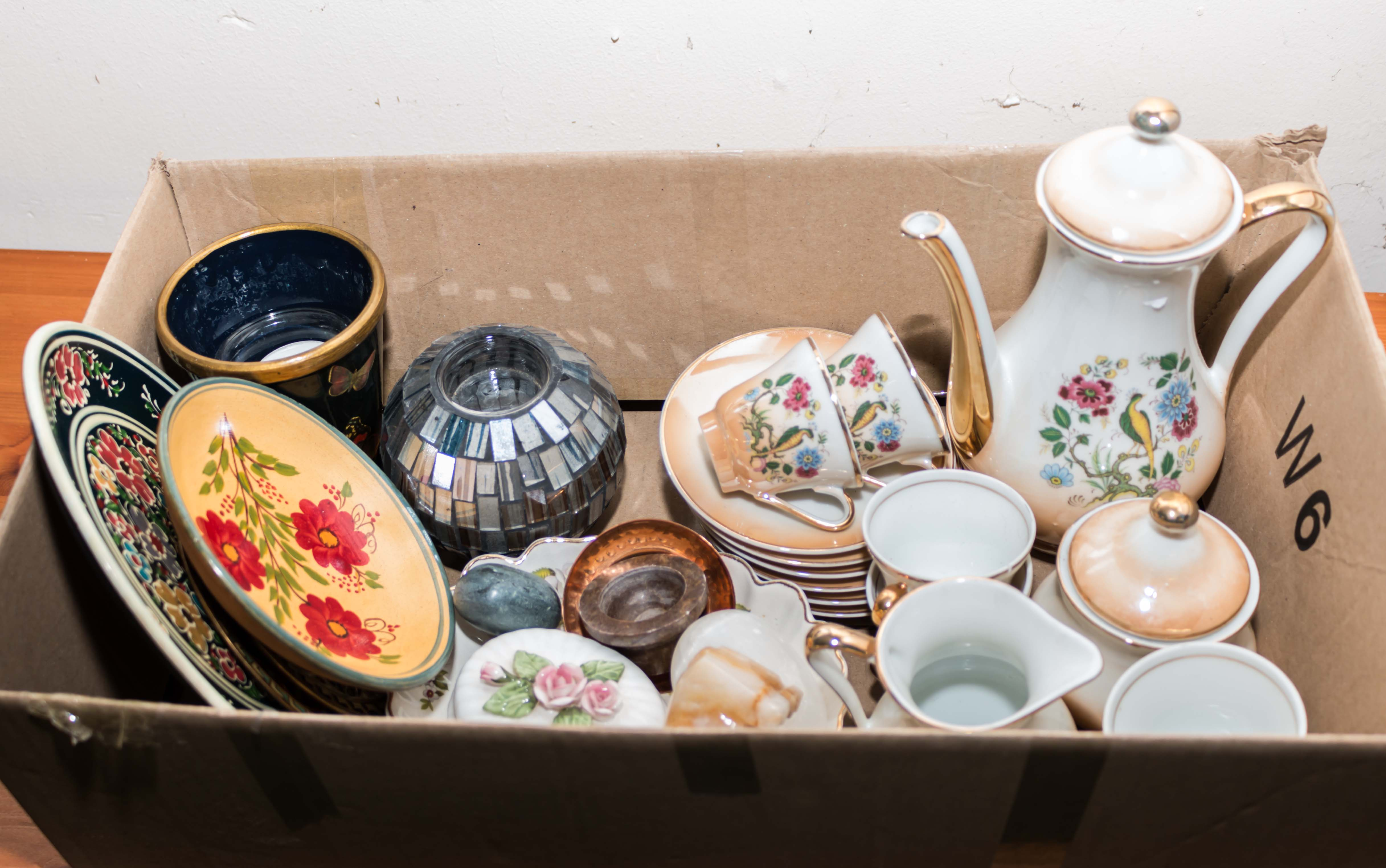 Lot 10 - A box containing assorted pottery and china