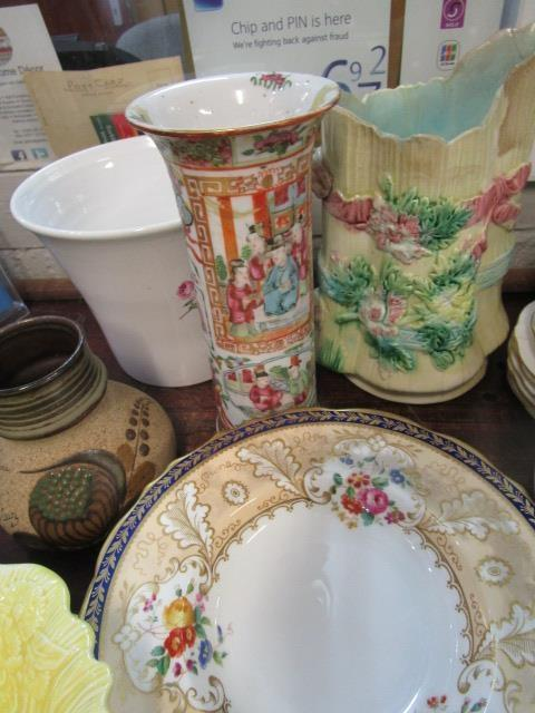 Lot 39 - A mixed lot of ceramics to include a 19th century Chinese Canton sleeve vase A/F, a Royal Crown