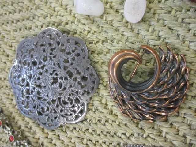 Lot 47 - A selection of vintage costume jewellery to include silver brooches, together with a quantity of