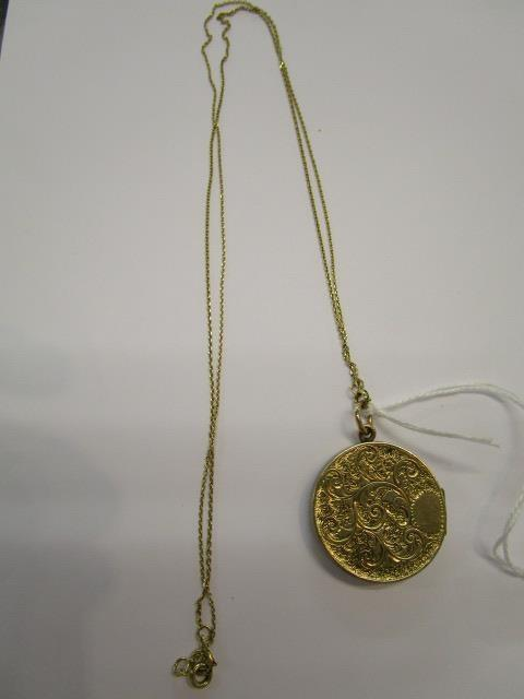 Lot 29 - An 18ct gold chain and pendant set with a small diamond, total weight 14g