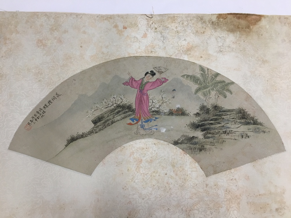Lot 519a - AN ORIGINAL VINTAGE PRINT ON SILK OF A DESIGN FOR A FAN DEPICTING A SCENE FROM THE BEIJING OPERA,