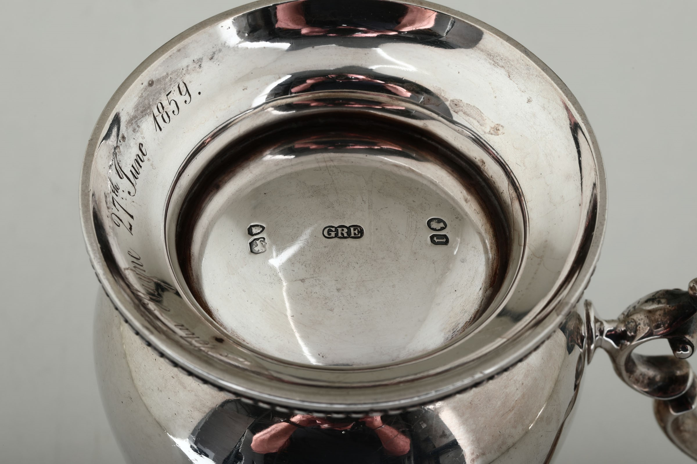 Lot 23 - A silver tankard, London, 1858 - Molten and chiselled silver, gilt on the inside. [...]