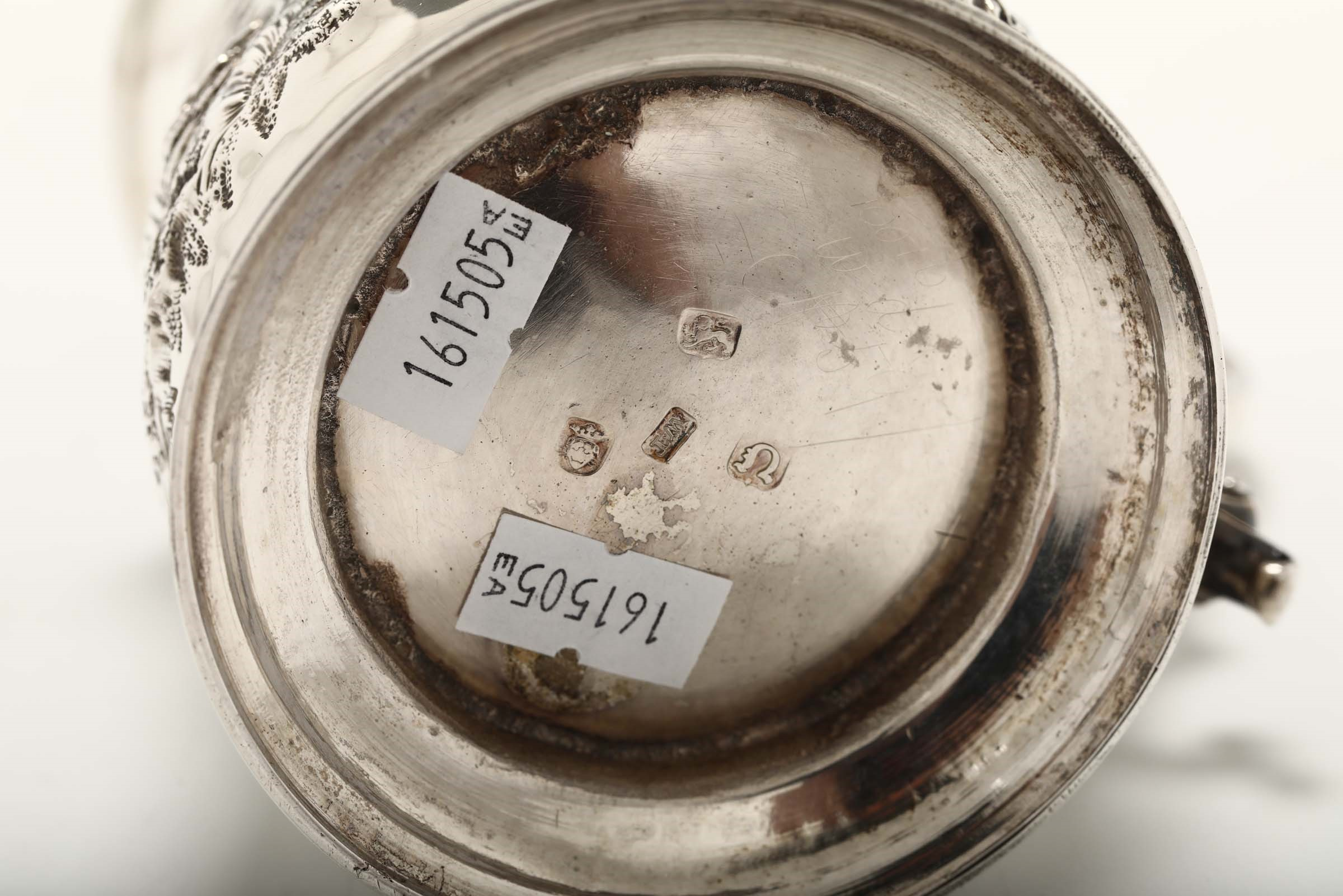 Lot 8 - A silver tankard, London, 1768 - Embossed and chiselled sterling silver. Silversmith [...]