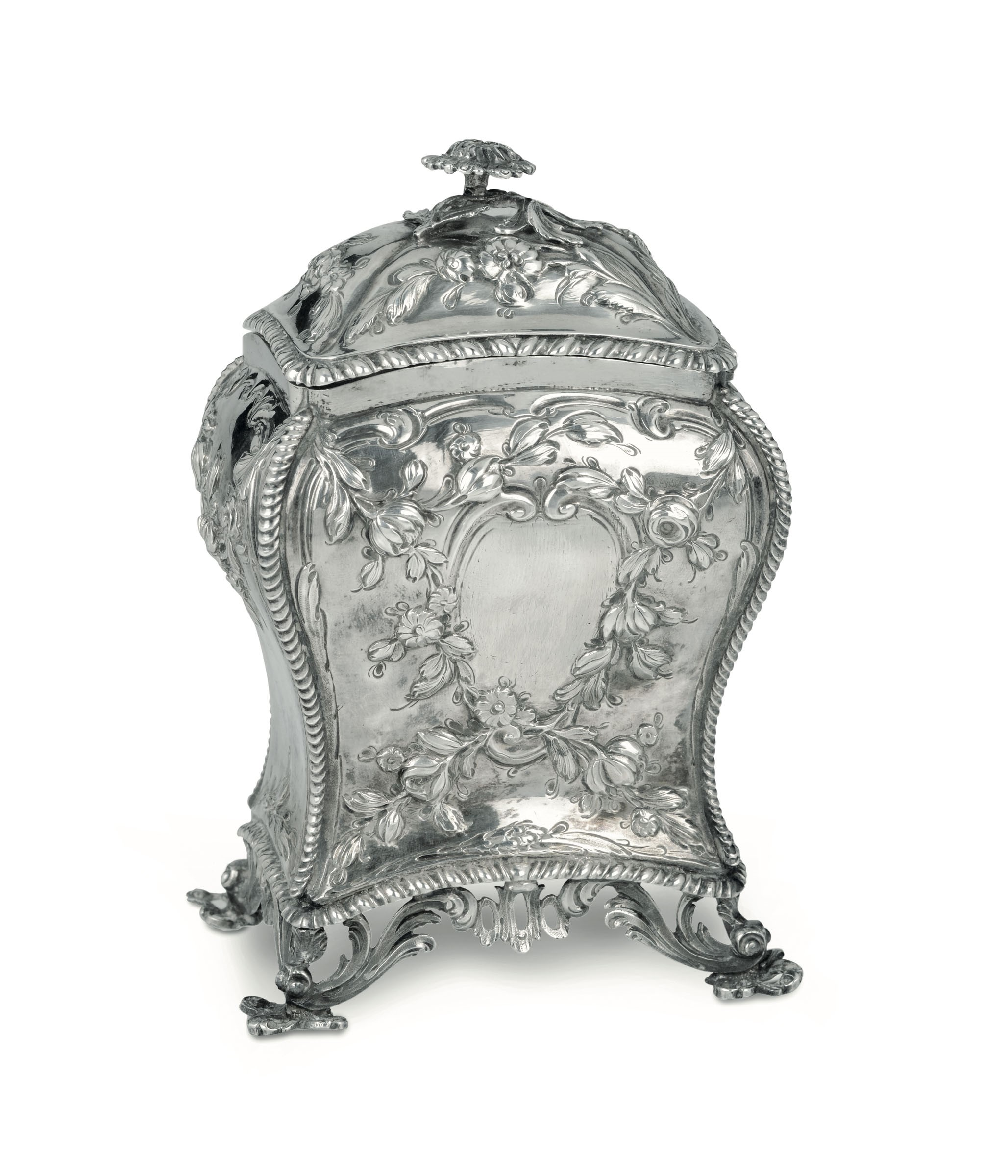 Lot 13 - A silver tea box, London, 1767(?) - Molten, embossed and chiselled silver. 350gr, H [...]
