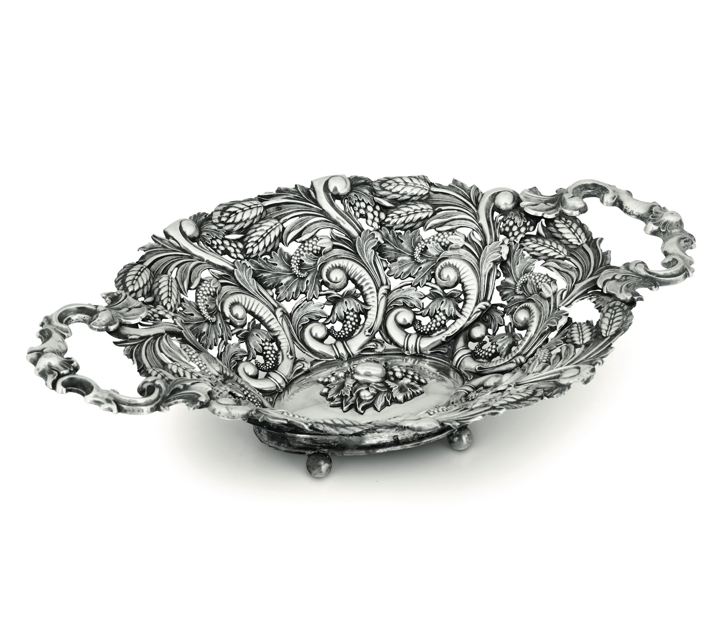 Lot 54 - A silver basket, Austria-Hungary, 1800s - Molten, embossed, perforated and chiselled [...]