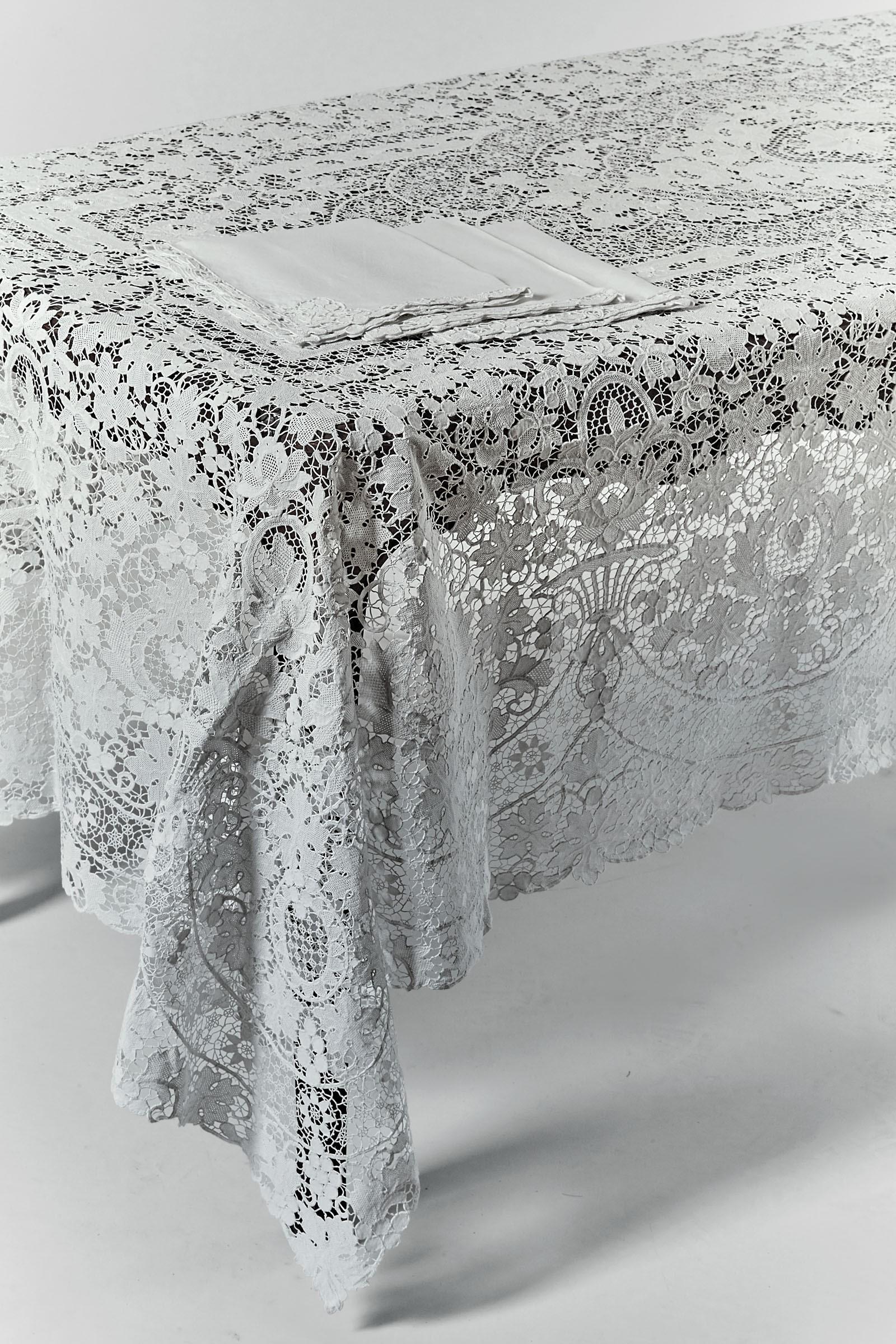 Lot 30 - Importante tovaglia in lino interamente ricamata in pizzo di Burano. XX secolo, - - [...]