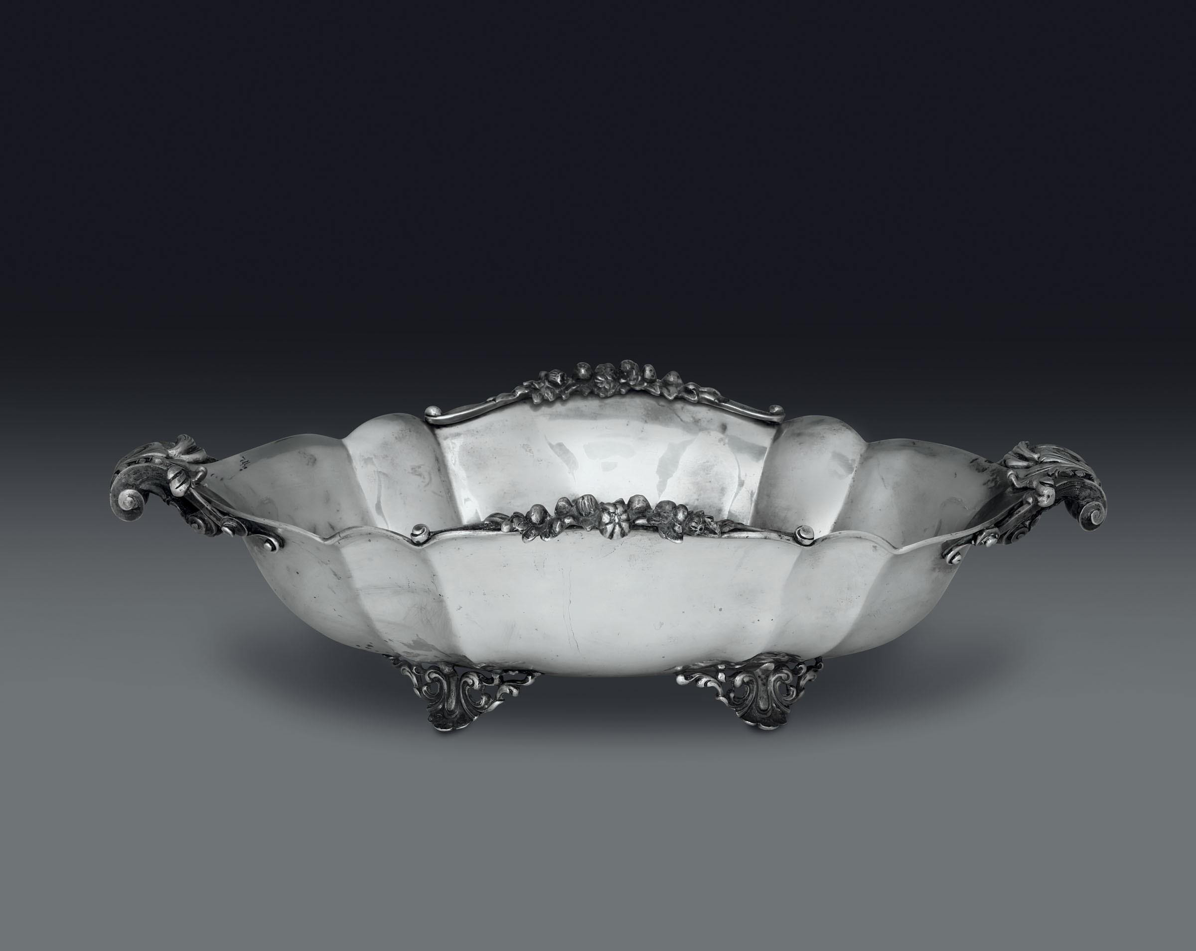 Lot 24 - Centrotavola in argento. Argenteria artistica italiana del XX secolo, - - gr. 2000, [...]
