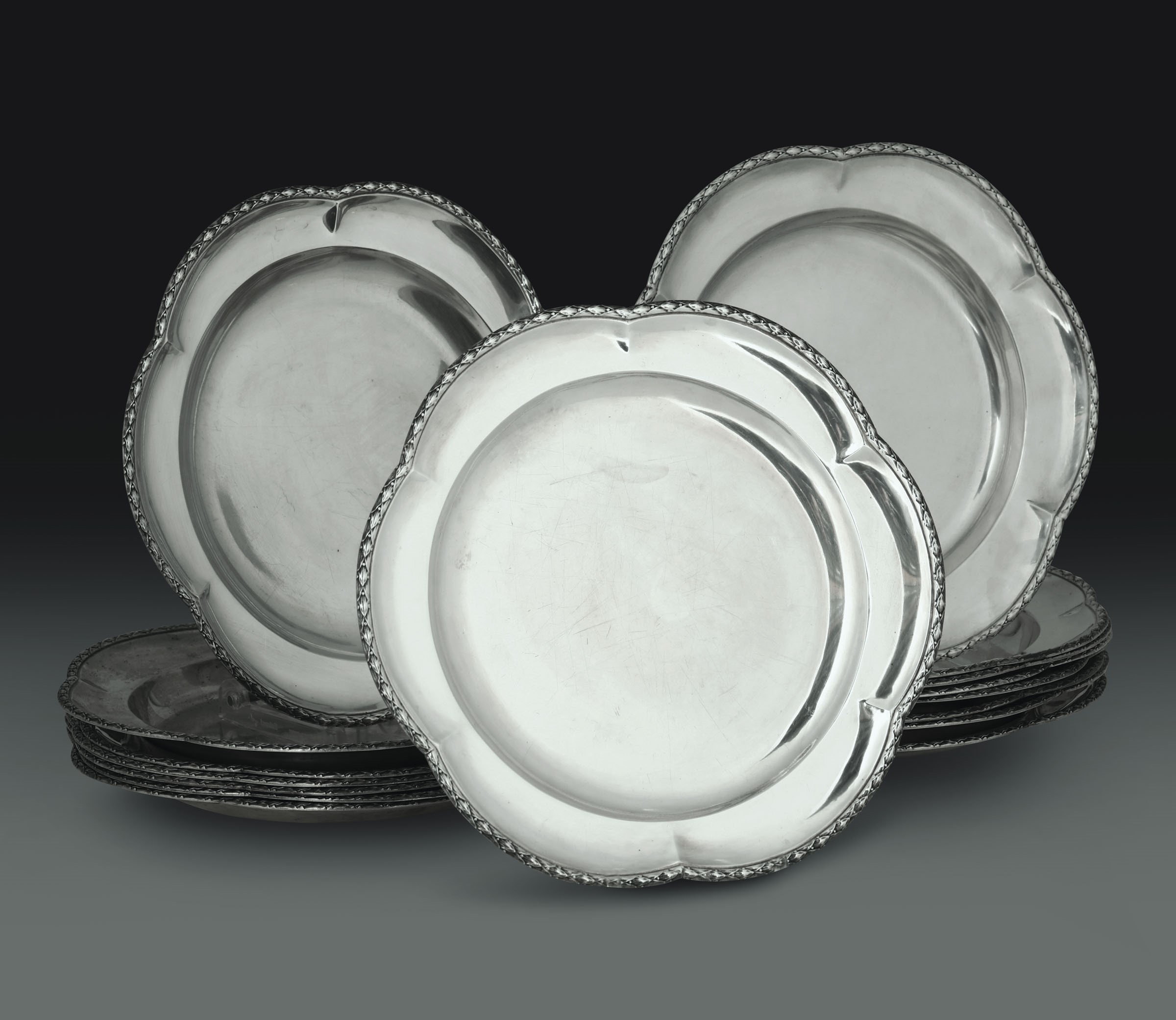 Lot 52 - Sedici piatti in argento. Manifattura iberica del XX secolo, - - gr. 5900, diametro [...]
