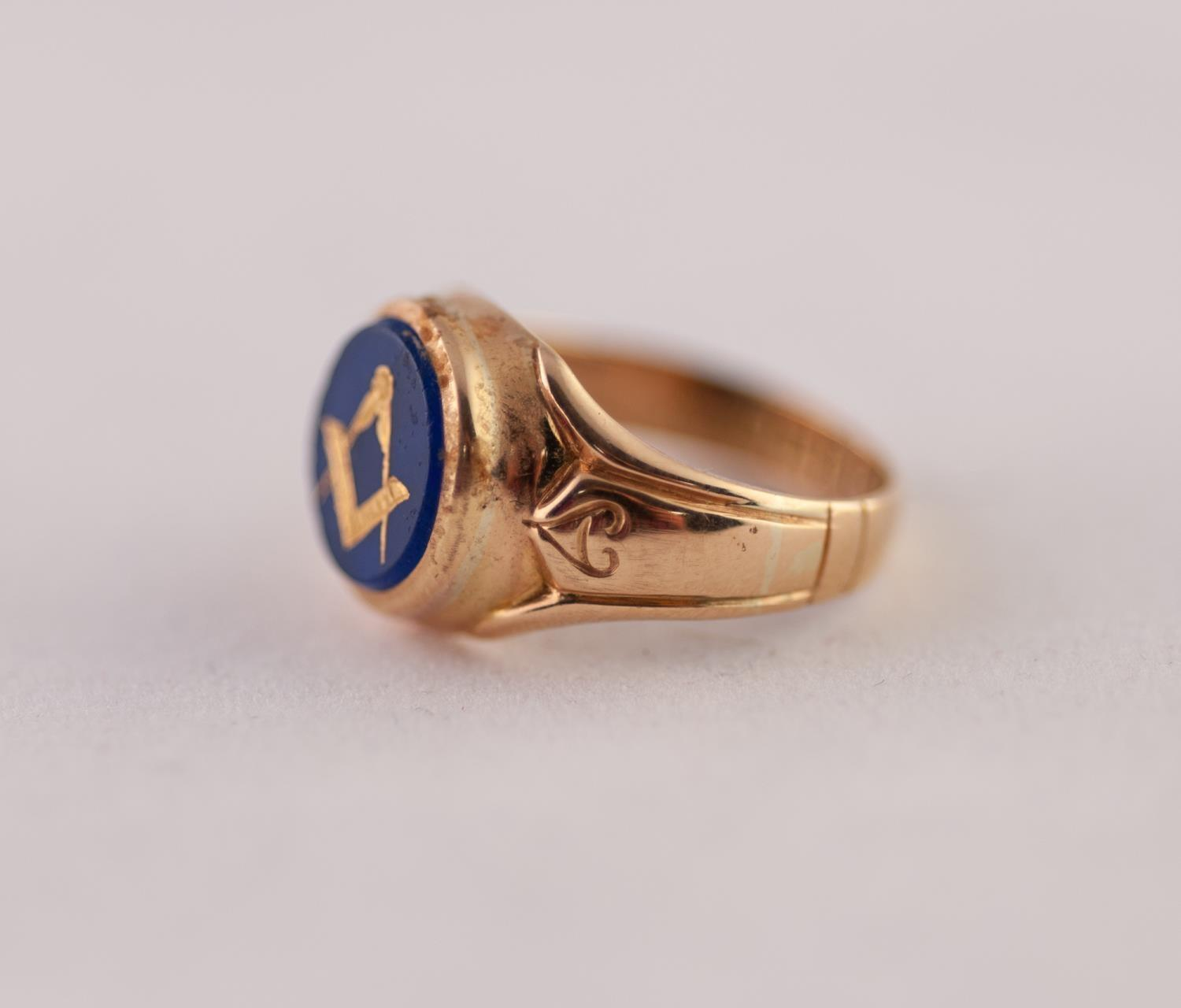 Lot 224 - EDWARDIAN 18ct GOLD MASONIC INTAGLIO RING. A round blue glass intaglio with gilt Masonic motif, to