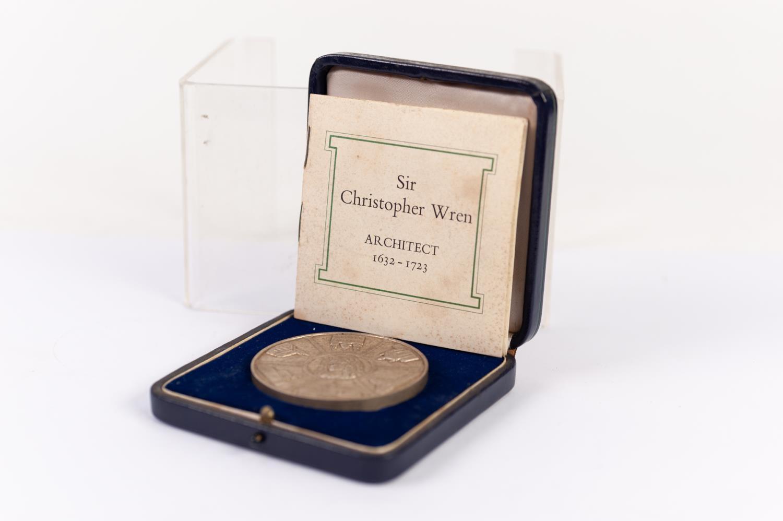 Lot 124 - JOHN PINCHES LARGE SATIN FINISH SILVER COMMEMORATIVE MEDALLION SIR CHRISTOPHER WREN 1632-1723 bust