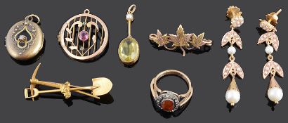 A 15ct gold nugget prospectors brooch and a small collection of other jewellery