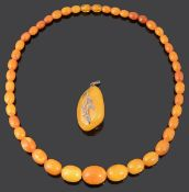 A butterscotch yellow amber graduated necklace (2)