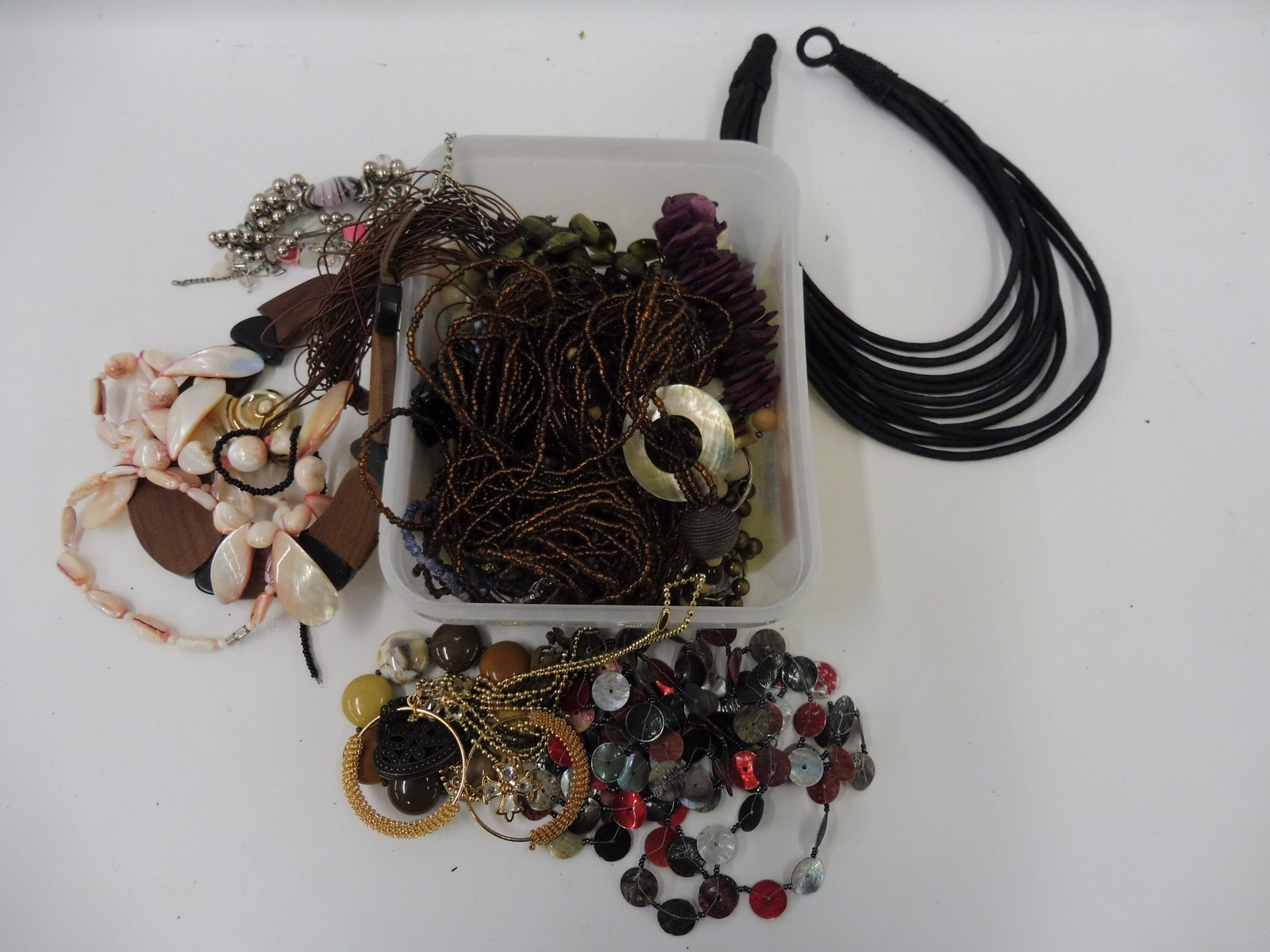 Lot 16 - A small selection of costume jewellery.