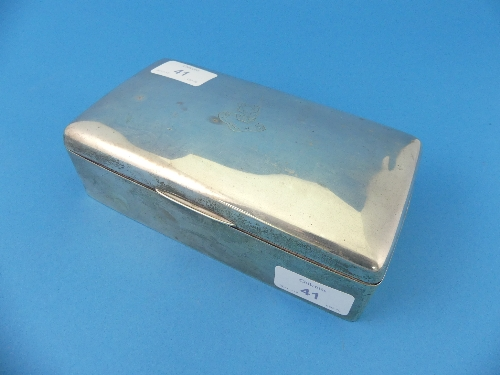 Lot 41 - A George V silver Table Cigarette Box, by Deakin & Francis, hallmarked Birmingham, 1919, of hinged